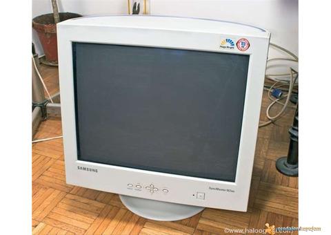 Prodajem 3 Monitora Crt 1500 din je jedan za kompjuter.