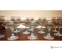Set ukrasnih čaša za crno i belo vino