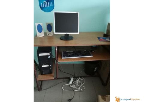 Kompiuter PC sa monitorom i stolom